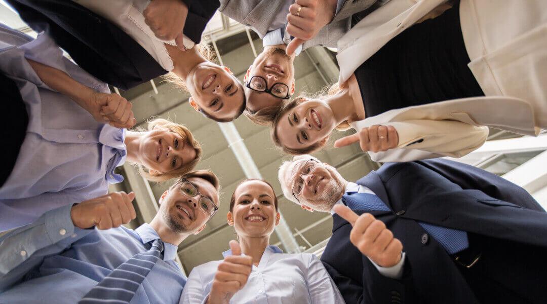 fachgruppe unternehmensbewertung im kreis stehend